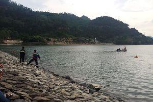 Thông tin bất ngờ vụ đôi nam nữ nắm tay nhau chết dưới lòng hồ ở Hà Nội