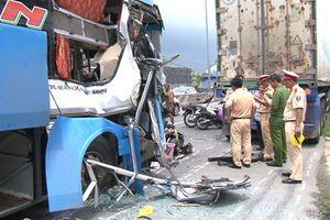 Xe khách tông hàng loạt xe máy, 10 người bị thương