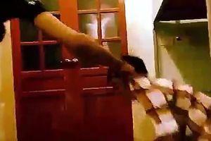 Xôn xao clip nam sinh bị đánh dã man vì không giặt quần áo hộ bạn