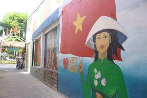 Làng bích họa giữa thành phố Đà Nẵng thu hút du khách đến 'check in'