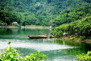 Nam thanh niên cầm dao nhảy xuống hồ rồi mất tích