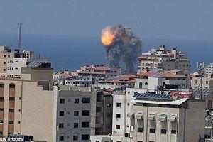 Khói đen cuồn cuộn bao phủ Dải Gaza sau khi bị Israel không kích