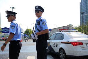 Video cảnh sát chạy thục mạng khi gặp kẻ tấn công bằng dao gây 'bão'