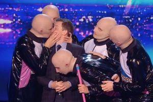 Nam MC bị cưỡng hôn thô bạo trên sân khấu