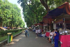 Công viên Thống Nhất bị 'biến' thành nơi tổ chức dày đặc các hội chợ bán hàng
