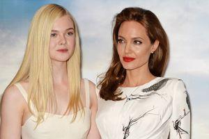 Angelina Jolie và Elle Fanning đùa giỡn trên phim trường 'Maleficent 2'