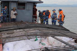 Bắt giữ tàu vận chuyển hơn 50 tấn phân đạm Ure bất hợp pháp