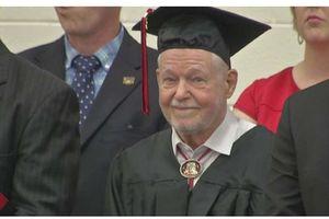 Cựu binh 94 tuổi nhận được bằng tốt nghiệp phổ thông