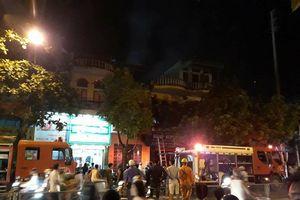 Cháy ngùn ngụt ở cửa hàng xe máy, 3 mẹ con thoát chết trong gang tấc