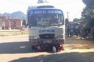 Bị xe buýt cuốn vào gầm, gia đình 4 người gặp nạn