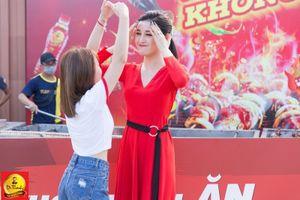 Á hậu Huyền My đi chân trần 'quẩy' tại Lễ hội Phố hàng nóng