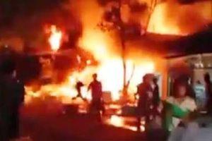 Hàng trăm người dập lửa khi 5 căn nhà cháy trong đêm