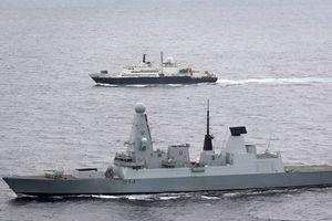 Tàu chiến Anh rượt đuổi tàu trinh sát Nga