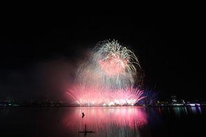 Xem lại màn đọ pháo hoa giữa Ý đvới tân binh Hồng Kông trên sông Hàn