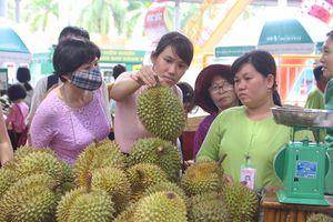 Bán vài giờ hết cả tấn trái cây ở 'chợ nổi' Sài Gòn