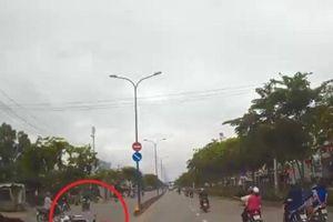 Clip: Va chạm với xe máy, nam thanh niên lao thẳng vào đầu ô tô