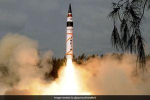Xem tên lửa hạt nhân Agni-V của Ấn Độ rực sáng trên bầu trời