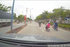 Va quệt xe máy, nam thanh niên lao thẳng vào đầu ô tô