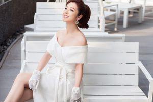 'Gái 3 con' Jennifer Phạm đẹp quyến rũ khi diện váy để lộ vai trần