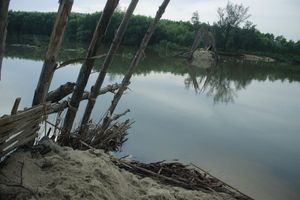 Vỡ đập ngăn mặn trên sông Trà Bồng