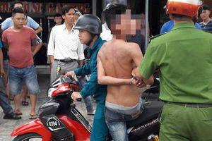Khống chế nam thanh niên vô cớ tấn công người dân
