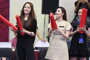 Mai Phương Thúy xuất hiện tại Hà Nội dự khán trận 'Derby' Thủ Đô