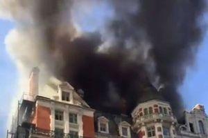Ảnh, Video: Cháy lớn khách sạn 5 sao ở Anh, khói bốc lên ngùn ngụt