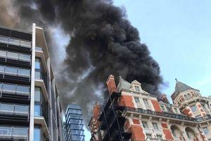 Anh: Khách sạn 5 sao ở trung tâm thủ đô London bốc cháy đùng đùng