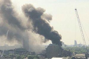 Khói đen mù mịt tại hiện trường vụ cháy khách sạn ở London