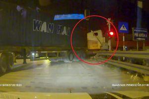 Clip: Barie đang hạ, 2 container vẫn cố chấp băng qua đường ray, thách thức 'tử thần'