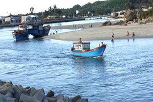 Đầy nhanh nẹo vét, thông luồng hai cửa biển ở Đà nẵng