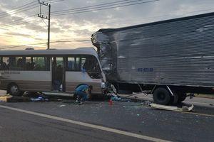 Xe khách đối đầu xe tải, 18 người bị thương