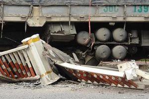 Xe tải 'san phẳng' hàng chục mét dải phân cách sau tiếng nổ lớn