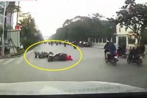 Clip: 'Cái kết đắng' cho người phụ nữ vượt đèn đỏ ở Hà Nội