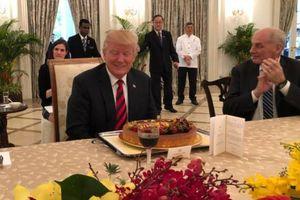 Ông Trump bất ngờ được tặng bánh sinh nhật ở Singapore