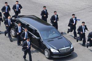 'Giải mã' đội vệ sỹ chạy theo xe ông Kim Jong Un
