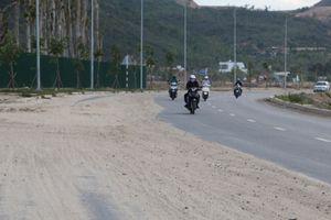 Đất cát tràn đường, gây mất ATGT đại lộ nghìn tỷ ở Nha Trang