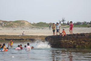 Một du khách dạo chơi tắm biển bị đột quỵ tử vong