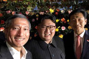 Lãnh đạo Triều Tiên Kim Jong-un chụp ảnh selfie trong đêm ở Singapore