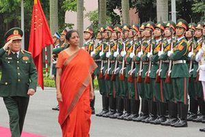 Nữ Bộ trưởng Quốc phòng Ấn Độ duyệt Đội Danh dự Quân đội nhân dân Việt Nam