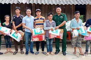 Tặng 80 suất quà cho người nghèo xã Na Ngoi (Kỳ Sơn)