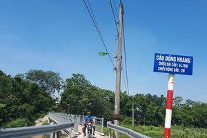 Hà Đông: Người dân bức xúc vì cầu mới xây dựng chỉ một xe máy 'lách' qua?