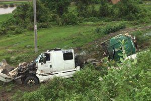 Xe bồn chở mật mía gãy đôi sau tai nạn, 2 người thoát chết