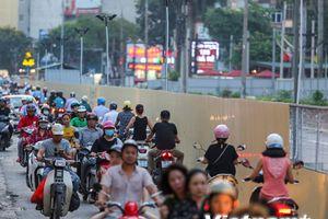 Hà Nội: Xe cộ nối đuôi nhau đi ngược chiều trên đường Cát Linh