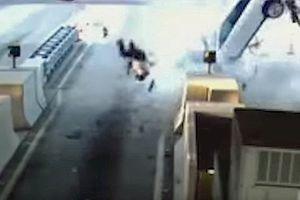 Mỹ: SUV Cadillac đâm vào dải phân cách, tài xế bay qua kính chắn gió