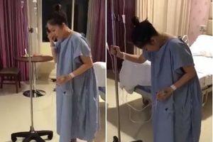 Khánh Thi bật khóc tập đi sau khi sinh mổ con gái