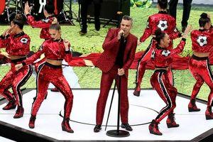 Robbie Williams bị chỉ trích vì sửa lời nhạc và làm động tác thô tục tại lễ khai mạc World Cup 2018