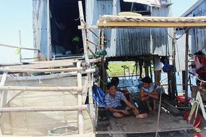 Trơ trọi xóm nhà chồ trên phá Tam Giang
