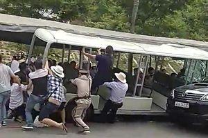 Ô tô điện tông vào đoàn du khách
