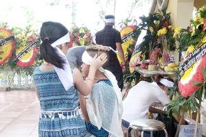 Nữ phóng viên mất đột ngột, con trai khóc nghẹn ngày tiễn mẹ
